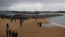 Varias decenas de personas se han subido este domingo a uno de los dos espigones que se están construyendo para la estabilización de la playa de la Magadalena de Santander, […]