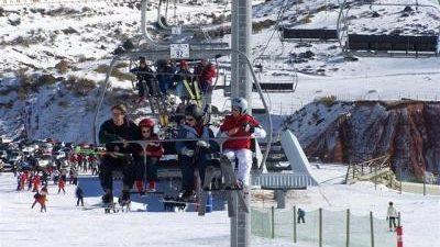 SANTANDER, 20 La estación de Alto Campoo ha abierto este domingo con casi siete kilómetros esquiables en cinco de sus 22 pistas y con cinco de sus doce remontes en […]