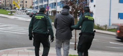 """OVIEDO/SANTANDER, 22 La Guardia Civil de la Comandancia de Oviedo ha desmantelado una organización criminal, a los que denomina """"la banda de los destrozacoches"""", compuesta por cuatro hombres con edades […]"""