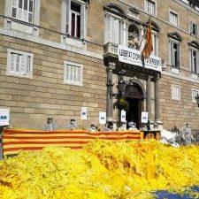 BARCELONA, 23 El grupo Segadors del Maresme contrario a la independencia de Cataluña ha volcado este sábado una decena de sacos de lazos amarillos frente al Palau de la Generalitat […]