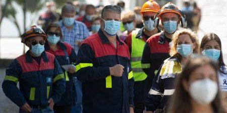 En Burela un hombre rompe una papeleta por la prohibición de voto a los positivos y trabajadores de Alcoa acuden a votar en uniforme VIVEIRO (LUGO), 12 La jornada electoral […]