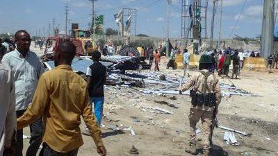 Al menos tres personas han muerto este lunes en un atentado suicida ejecutado frente a un restaurante situado cerca del puerto de la capital de Somalia, Mogadiscio, según han confirmado […]